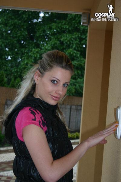 Marylin In The Doorstep